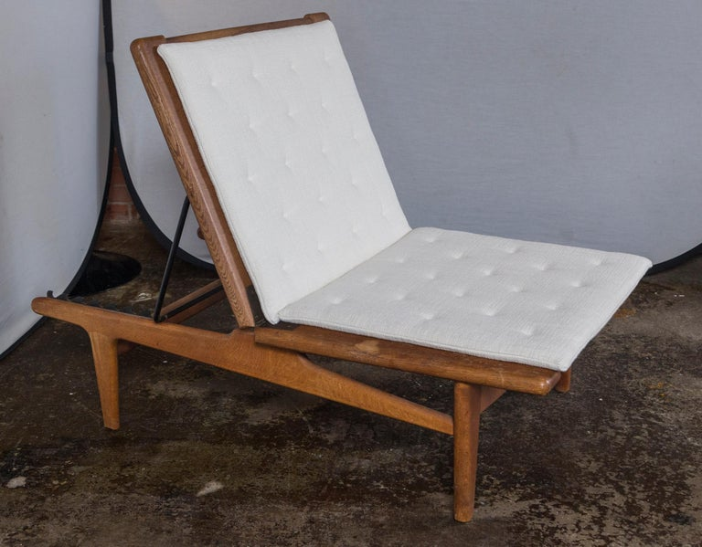 Vintage Hans Wegner Oak Chaise Lounge with Newly Upholstered White Cushions In Good Condition In Norwalk, CT