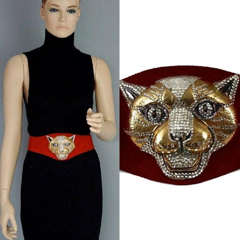 Vintage HENRYKS BIJOUX VIENNE Jewelled Leopard Head Red Suede Wide Belt In Good Condition For Sale In Kingersheim, Alsace