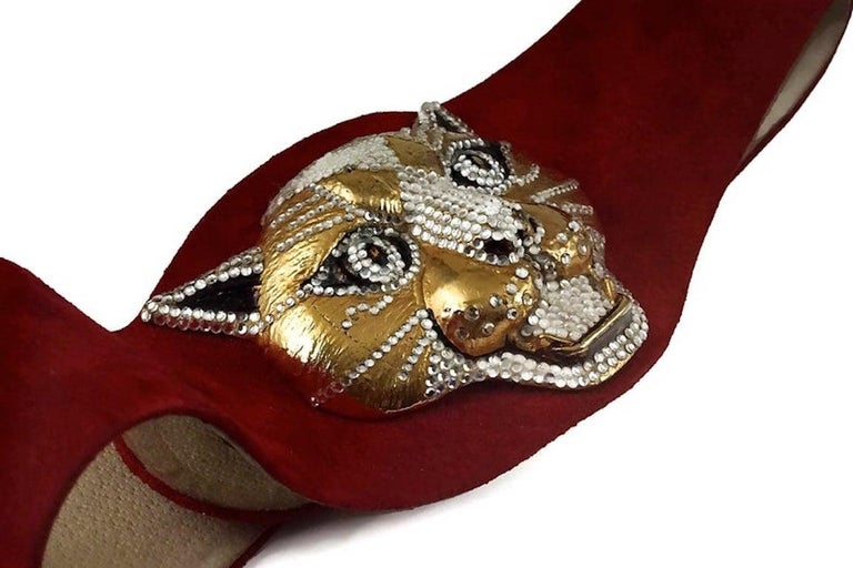 Vintage HENRYKS BIJOUX VIENNE Jewelled Leopard Head Red Suede Wide Belt  Measurements: Height: 4.13 inches (10.5 cm) Wearable Length: 27.55 inches to 29.92 inches (70 cm to 76 cm)  Features: - 100% Authentic HENRYKS BIJOUX VIENNE. - Massive 3D