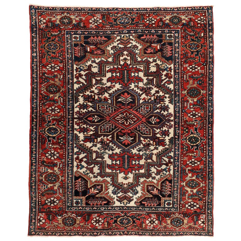 Vintage Heriz Persian Carpet circa 1920s in Pure Wool and Vegetable Dyes For Sale