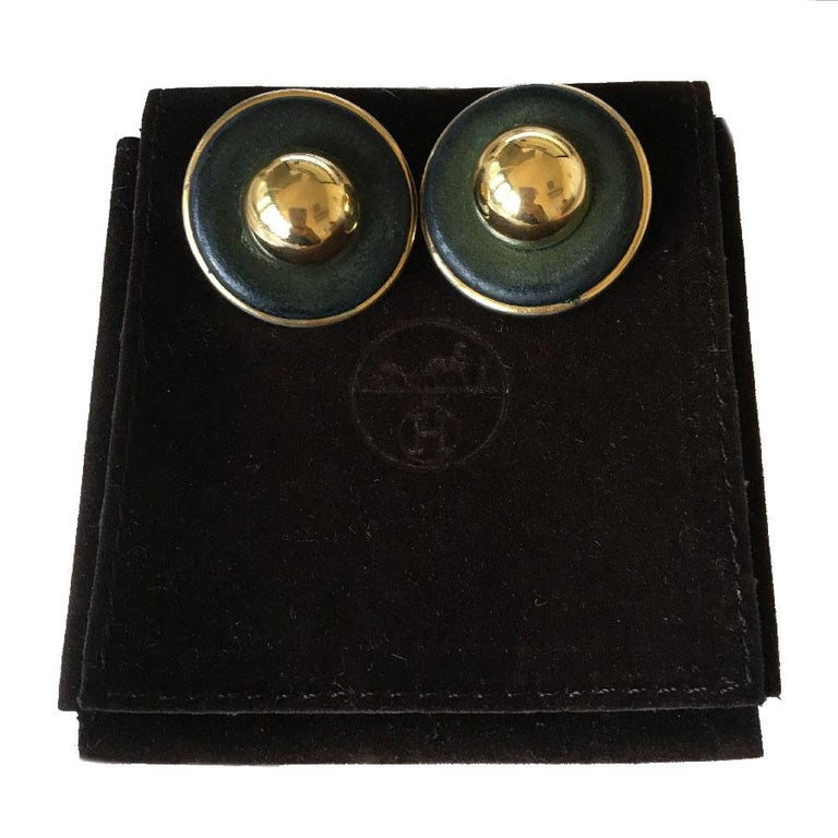 Vintage Hermès clip earrings in gold metal, gold pearl and khaki leather. In good condition. The gilding is a bit worn, some traces on the leather, not visible worn. Made in France. Dimensions: diameter: 3 cm Delivered in a Hermès pouch and a