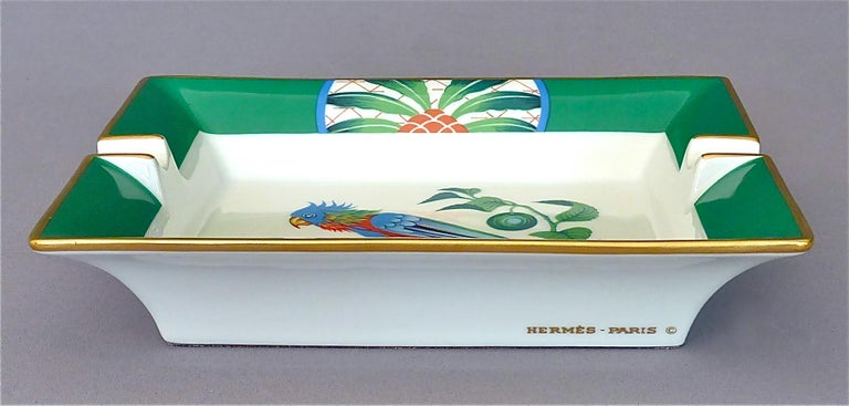 Vintage Hermès Paris Porcelain Ashtray Parakeet Bird Motif Gilt Green Red Blue In Good Condition For Sale In Nierstein am Rhein, DE