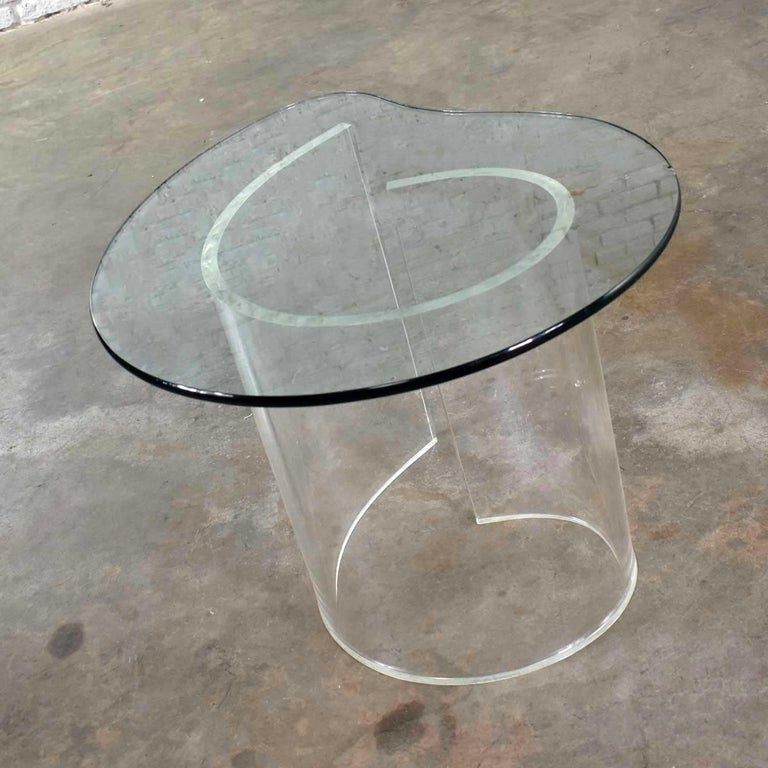 Vintage Hollywood Regency Lucite Snail Spiral End Table Kidney Shaped Glass Top In Good Condition For Sale In Topeka, KS