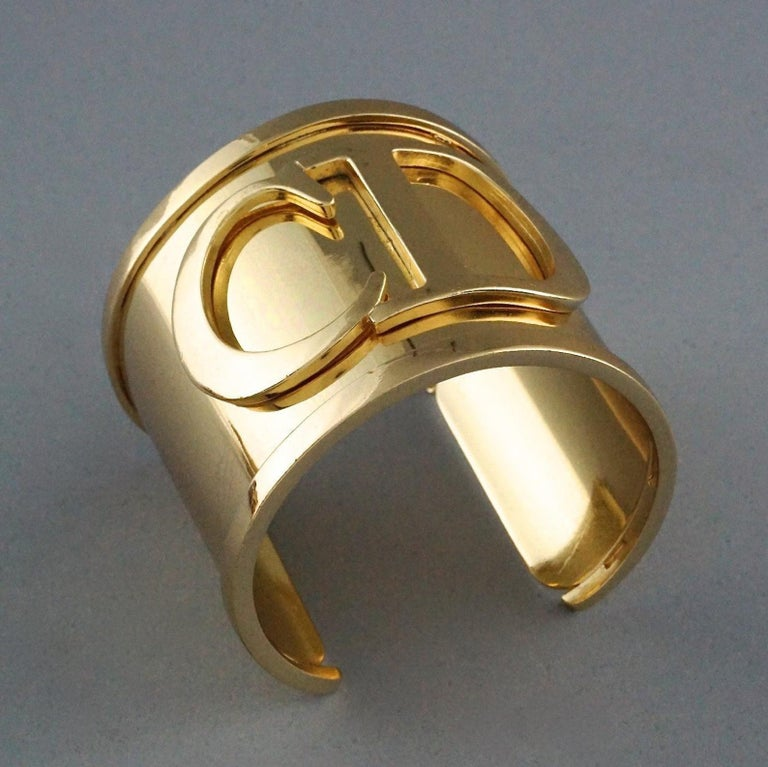 Vintage Iconic CHRISTIAN DIOR CD Logo Initials Wide Cuff Bracelet In Excellent Condition For Sale In Kingersheim, Alsace