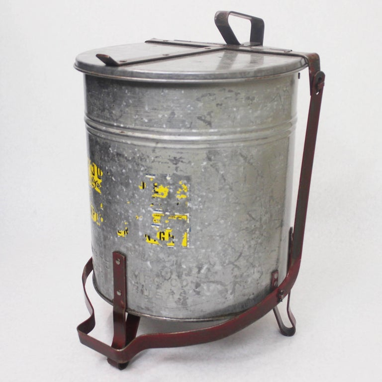 This great little waste basket features a galvanized steel pale with articulated foot-operated lid. pale is stamped