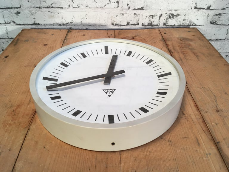 Vintage Industrial Grey Bakelite Wall Clock from Pragotron, 1970s In Good Condition For Sale In Mratin, CZ