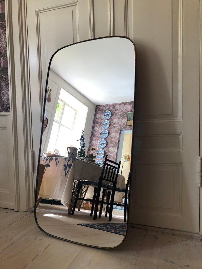 Vintage Italian 1950s Curved Brass Mirror In Good Condition For Sale In Copenhagen K, DK