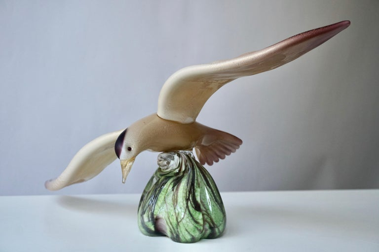 This very expressive flying bird art glass sculpture, from the 1970s, is a true work of art, in sophisticated blown Murano glass, with decor in purple, creme, gold and green.