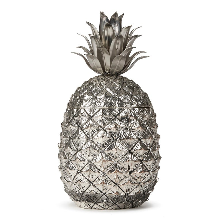 A stylish Italian Pineapple ice bucket clad in a naturalistic silvered metal finish by renowned designer Mauro Manetti or Fonderia d'Arte in Firenze, Italy. The ice bucket has a fitted removable top with an internal plastic liner and has molded