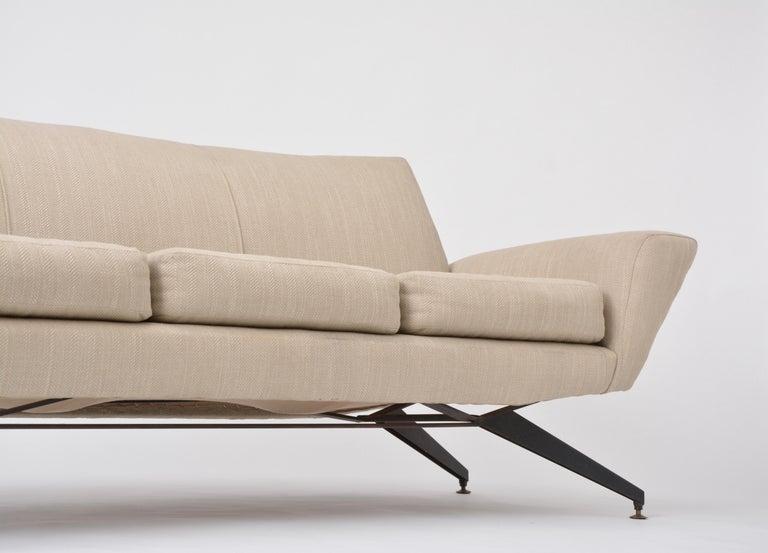 Italian Mid-Century Modern sofa with black Metal base by Lenzi For Sale 8