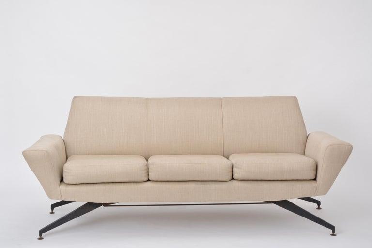 Italian Mid-Century Modern sofa with black Metal base by Lenzi In Good Condition For Sale In Berlin, DE