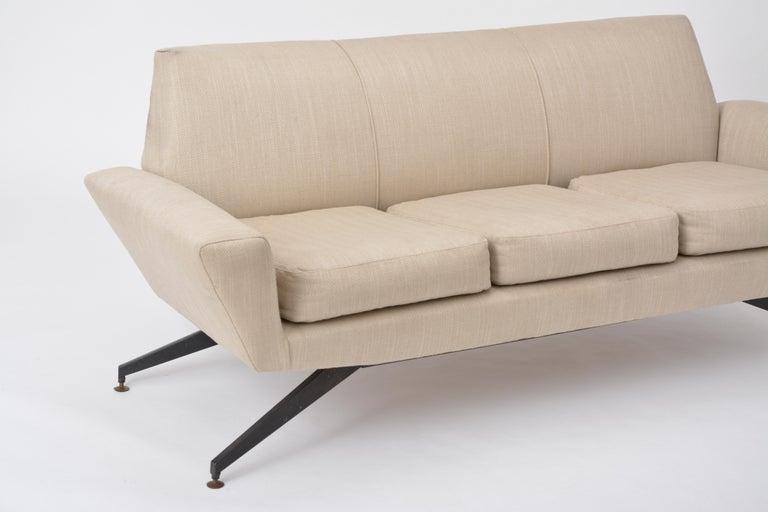 Italian Mid-Century Modern sofa with black Metal base by Lenzi For Sale 1