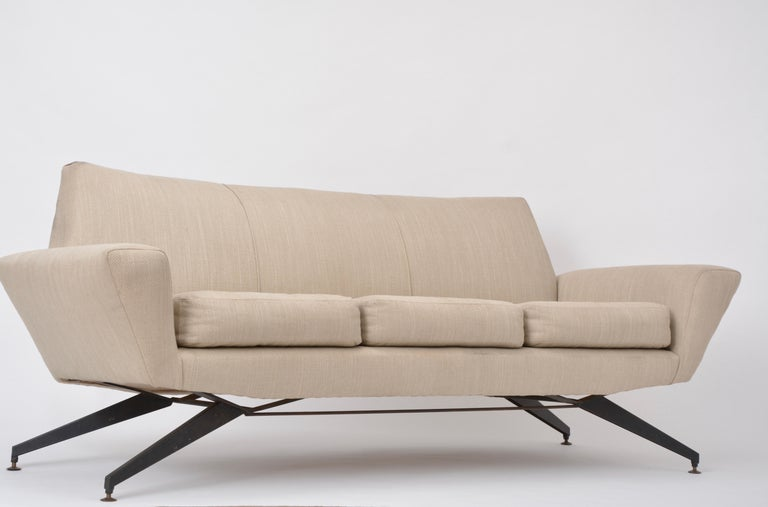 Lacquered Italian Mid-Century Modern sofa with black Metal base by Lenzi For Sale
