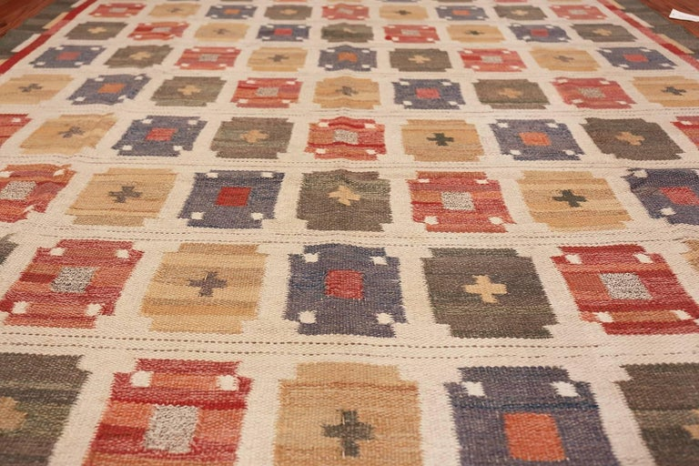 20th Century Vintage Ivory Room Size Scandinavian Swedish Kilim Carpet. Size: 7 ft x 9 ft For Sale