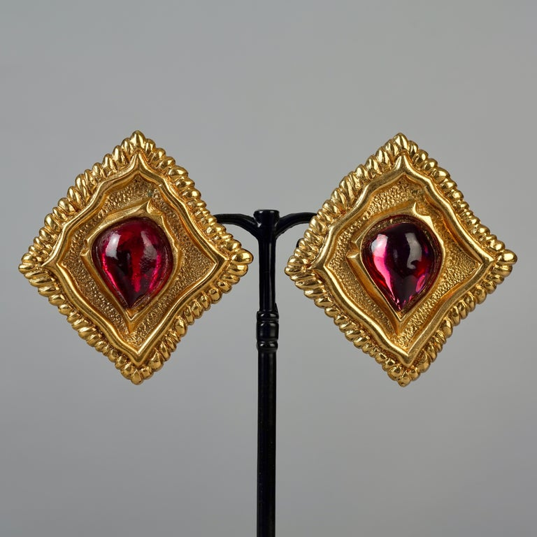Vintage JEAN LOUIS SCHERRER Red CabochonTextured Inverted Square Earrings In Excellent Condition For Sale In Kingersheim, Alsace