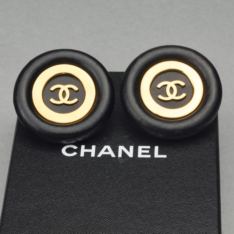 Vintage Jumbo CHANEL CC Logo Lambskin Leather Disc Earrings In Excellent Condition For Sale In Kingersheim, Alsace