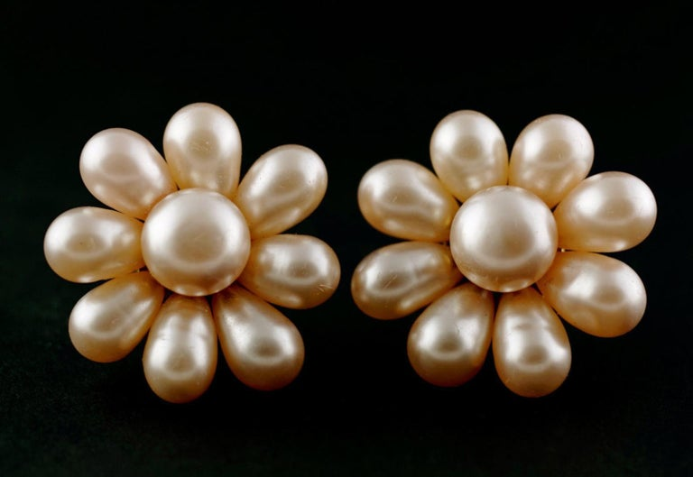 Vintage Jumbo CHANEL Champagne Glass Pearl Flower Earrings In Good Condition For Sale In Kingersheim, Alsace
