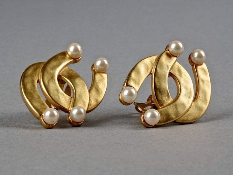 Vintage KARL LAGERFELD Double Horseshoe Pearl Earrings In Excellent Condition For Sale In Kingersheim, Alsace