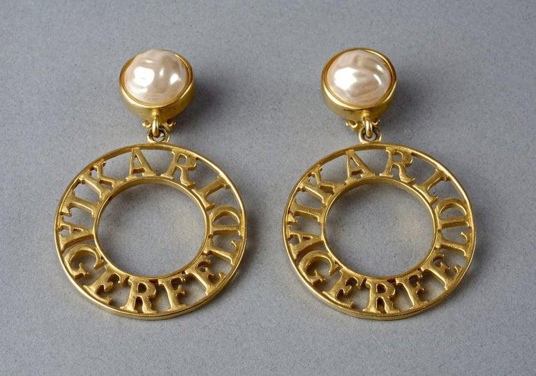 Vintage KARL LAGERFELD Pearl Spelled Out Openwork Hoop Dangling Earrings In Excellent Condition For Sale In Kingersheim, Alsace