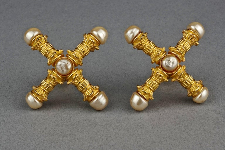 Vintage KARL LAGERFELD Roman Pillar Cross Pearl Earrings In Excellent Condition For Sale In Kingersheim, Alsace