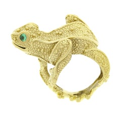 Vintage Large 18k Gold Round Emerald Eyes Detailed Textured Frog Statement Ring