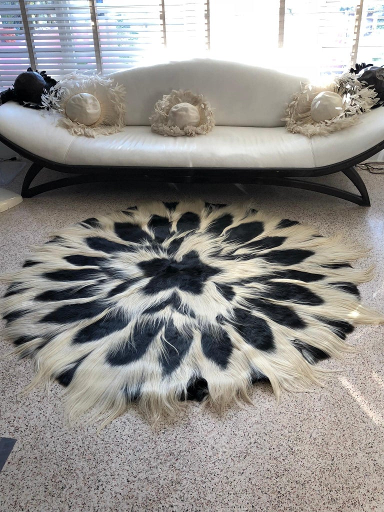 Vintage Large Circular Colobus Monkey Fur Floor Rug, circa 1969, Fully Lined In Good Condition For Sale In Fort Lauderdale, FL