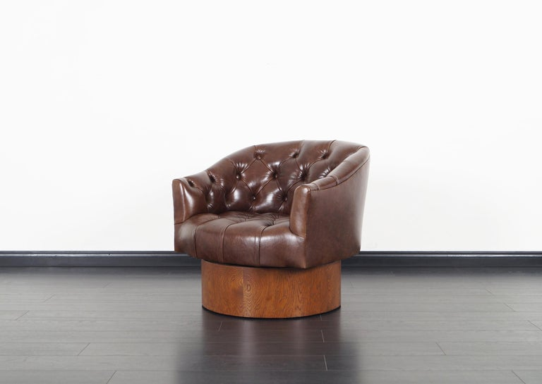 Vintage Leather Swivel Lounge Chairs by Milo Baughman For Sale 1