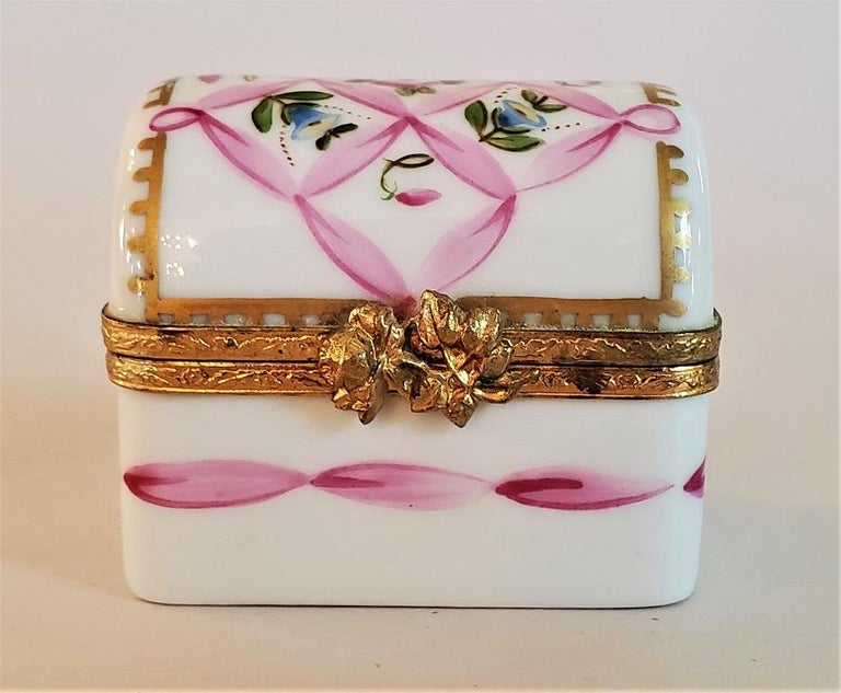 """Presenting a lovely and exceptionally cute vintage Limoges Domed casket ring box.  Made in Limoges, France, circa 1920-1930.  Marked on base as """"Limoges France ... Paint Main ... MH"""".  'Paint Main' meaning hand painted and the initials 'MH'"""