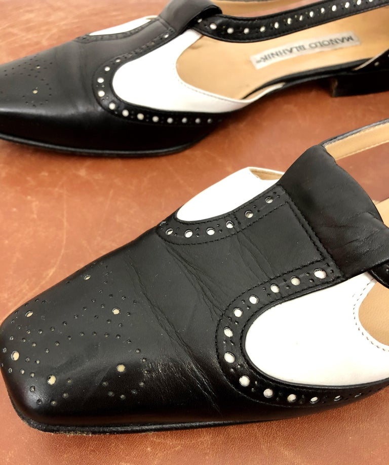 Chic vintage 1990s / 90s MANOLO BLAHNIK Size 38.5 / 8.5 black and white spectator cut-out leather flats! Rare early work by the shoe genius! Great with jeans, a skirt, trousers, shorts or a dress. In good condition Made in Italy Marked Size 38.5 /