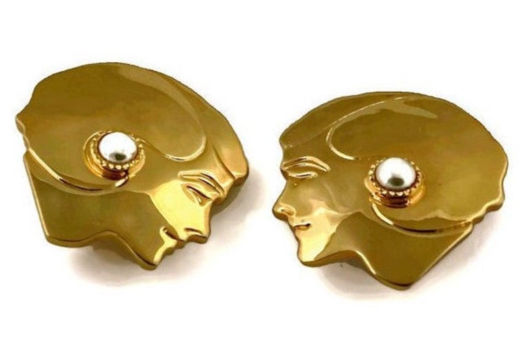 Vintage Massive CHANEL Mademoiselle Profile Earrings In Good Condition For Sale In Kingersheim, Alsace