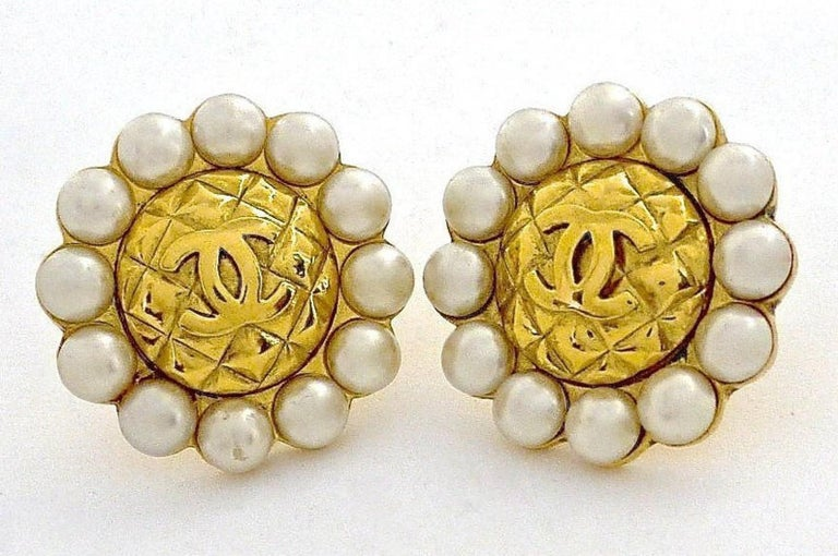 Vintage Massive CHANEL Quilted CC Logo Pearl Earrings In Good Condition For Sale In Kingersheim, Alsace
