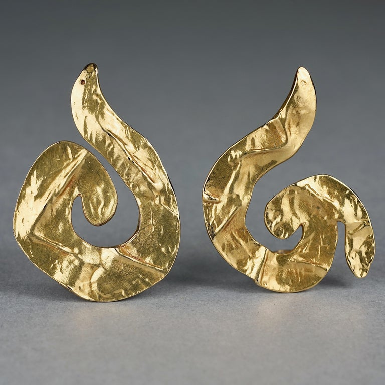 Vintage Massive YVES SAINT LAURENT Ysl Asymmetric Wrinkled Spiral Earrings In Excellent Condition For Sale In Kingersheim, Alsace
