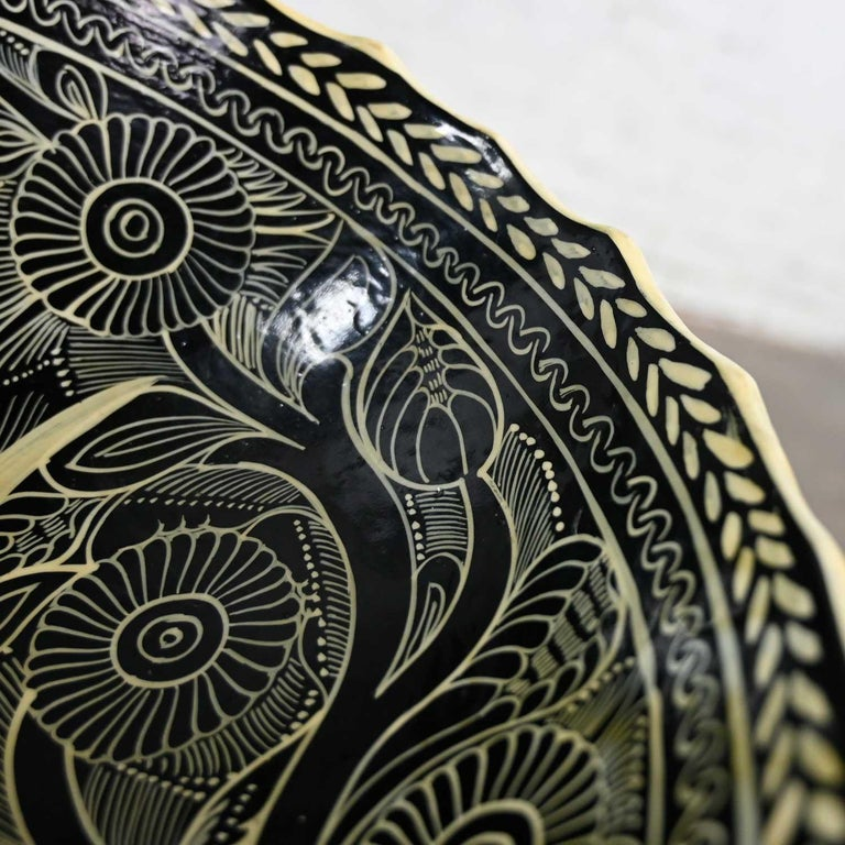Vintage Mexican Pottery Black & White Fantasia Design Tri-Leg Fluted Bowl For Sale 9