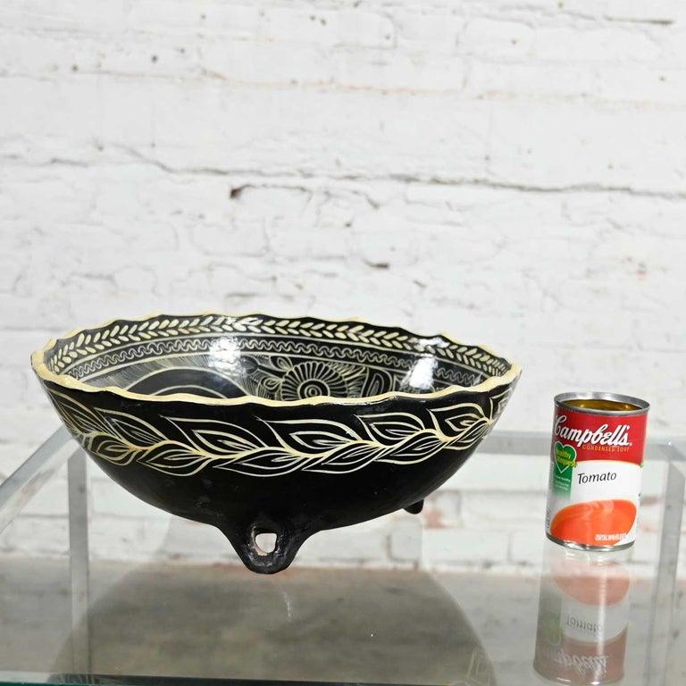 Vintage Mexican Pottery Black & White Fantasia Design Tri-Leg Fluted Bowl For Sale 13