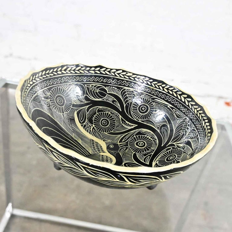 Fabulous Mexican pottery black & white Fantasia design tri-leg fluted bowl. Beautiful condition, keeping in mind that this is vintage and not new so will have signs of use and wear. No chips, cracks, or chiggers we have detected. Please see photos