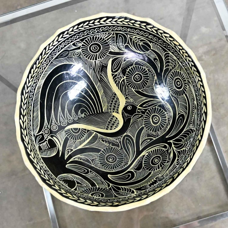 Vintage Mexican Pottery Black & White Fantasia Design Tri-Leg Fluted Bowl In Good Condition For Sale In Topeka, KS