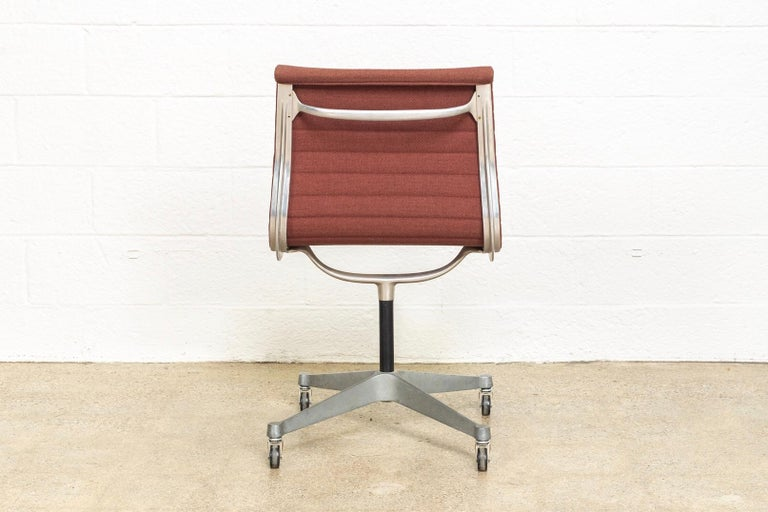 Vintage Midcentury Eames for Herman Miller Aluminum Group Side Office Chair In Good Condition For Sale In Detroit, MI