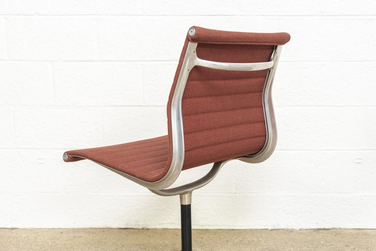 Vintage Midcentury Eames for Herman Miller Aluminum Group Side Office Chair For Sale 1