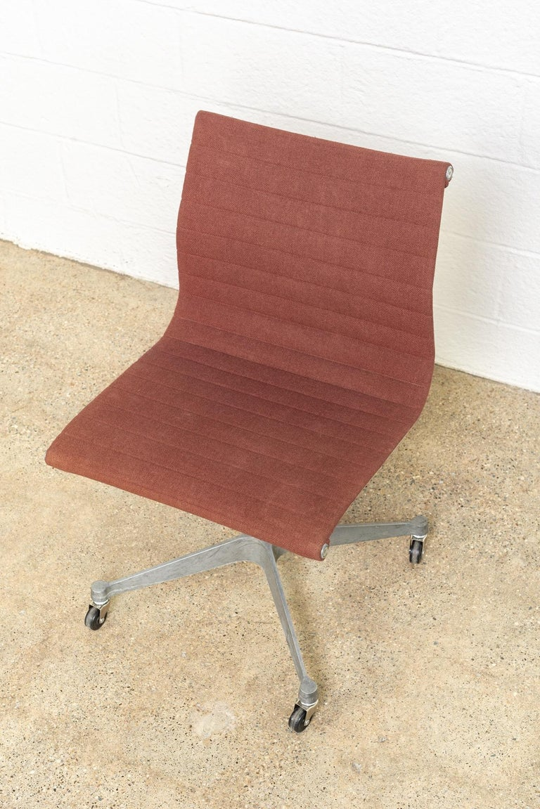 Vintage Midcentury Eames for Herman Miller Aluminum Group Side Office Chair For Sale 3