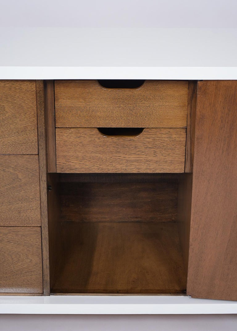 Mid-Century Modern Lacquered Chest of Drawers For Sale 1