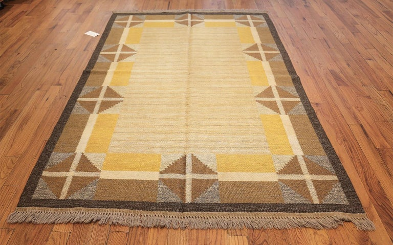 Vintage Mid Century Scandinavian Swedish Kilim. Size: 5 ft 2 in x 8 ft For Sale 1