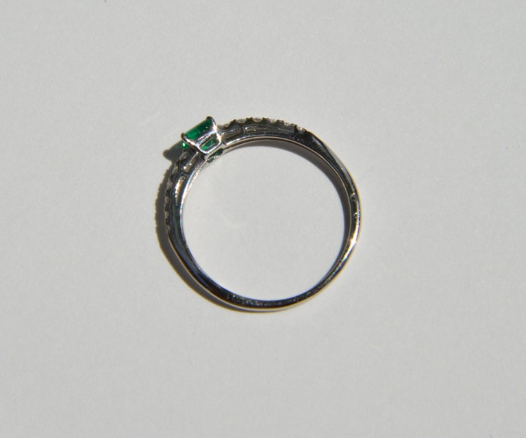 Vintage Midcentury .45 Carat Colombian Emerald Diamond Platinum Ring In Good Condition For Sale In Crownsville, MD