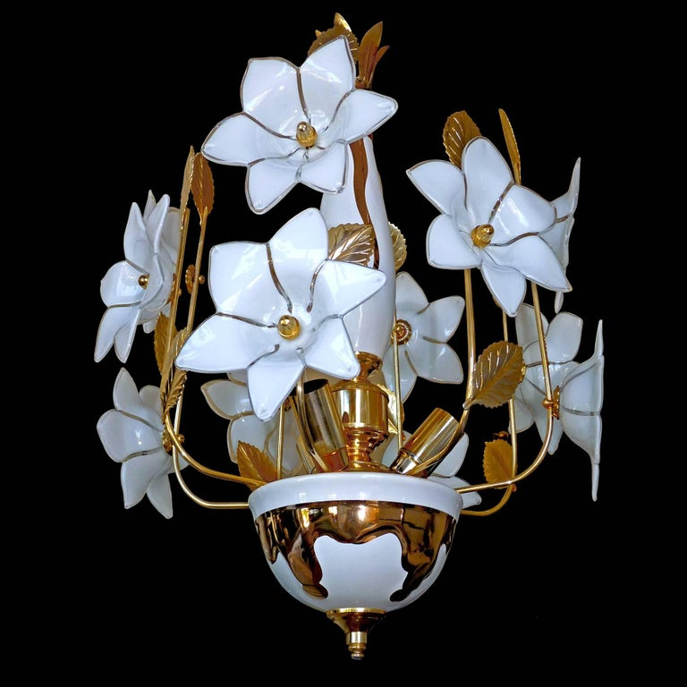 1970s vintage Italian Murano flower sputnik bouquet art-glass after Venini / hand-blow white and clear glass flowers and gold-plated brass. Measures: Diameter 12 in (30 cm) Height 40 in (20 in+ 20 in/Chain) /100 cm (50 cm+50 cm/Chain) Weight: 8