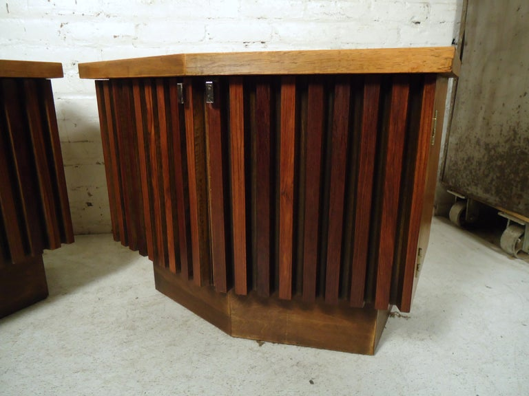 Vintage Modern Bowed Front Nightstands In Good Condition For Sale In Brooklyn, NY