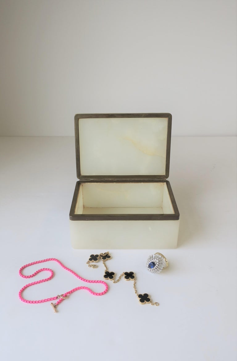Modern White Onyx Marble and Brass Jewelry Box from Belgium For Sale 5