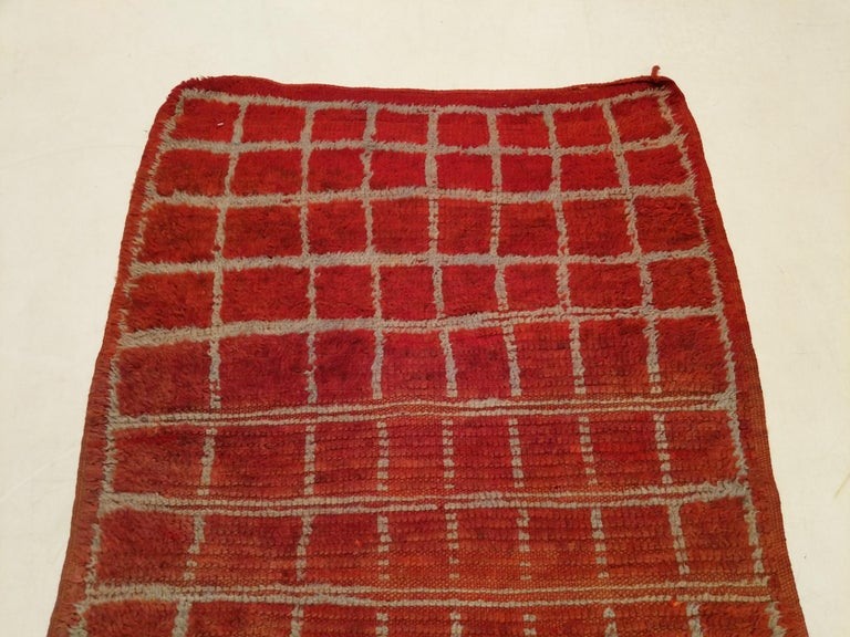 Vintage Moroccan Berber Geometric Design Narrow Runner In Good Condition For Sale In Milan, IT
