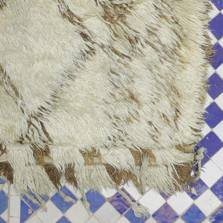 Vintage Moroccan Berber Rug with a Natural Ivory Wool and Olive Color Accent For Sale 4