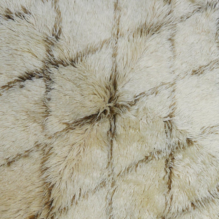 Vintage Moroccan Berber Rug with a Natural Ivory Wool and Olive Color Accent In Excellent Condition For Sale In Amsterdam, NL