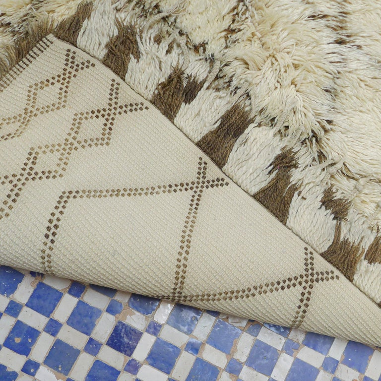 Vintage Moroccan Berber Rug with a Natural Ivory Wool and Olive Color Accent For Sale 3