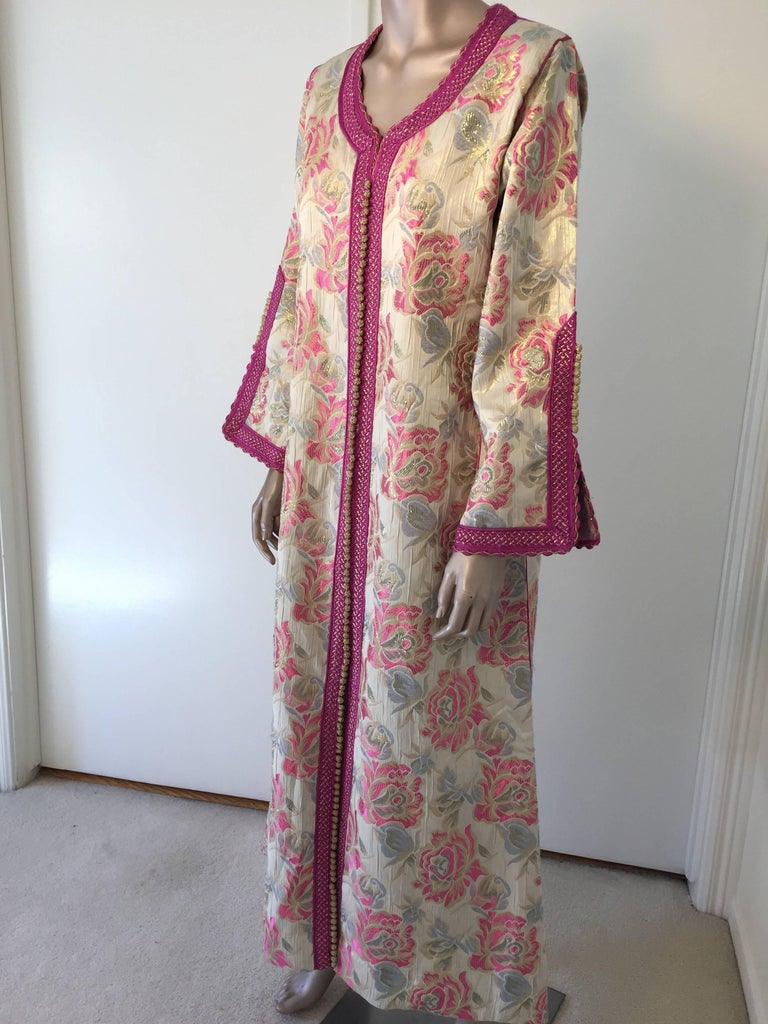 Vintage Moroccan Kaftan Brocade Embroidered with Pink and Gold Trim, circa 1970 For Sale 4